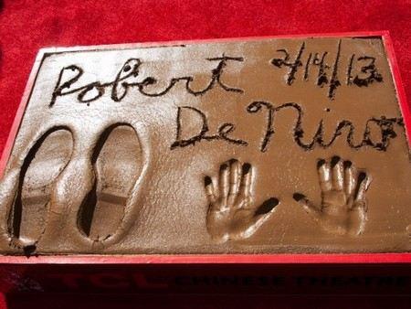 Роберт де Ниро оставил свои следы на на «Аллее славы» в Голливуде.