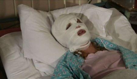 В Москве пенсионерка плеснула кислотой в лицо сотруднице банка.
