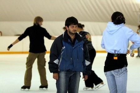 Михаил Галустян ленится шнуровать коньки.