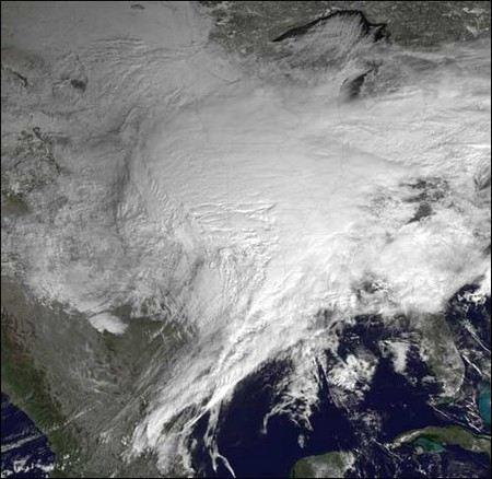 В США из-за снежной бури «Немо» отменили несколько тысяч авиарейсов.