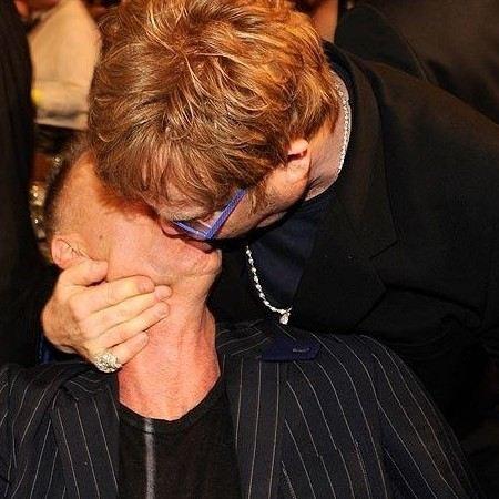 Элтон Джон поцеловал Стинга.