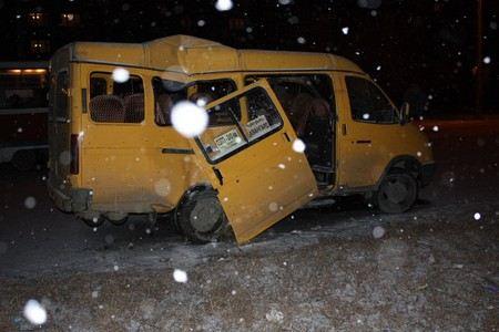 В Омске женщина с ребенком выпали из маршрутки, когда микроавтобус совершал поворот.