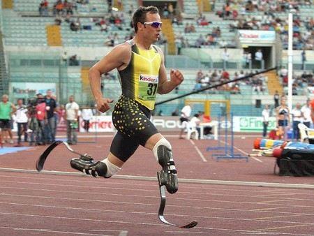 Чемпион Параолимпийских игр по бегу Оскар Писториус из Южной Африки подозревается в убийстве своей подруги.