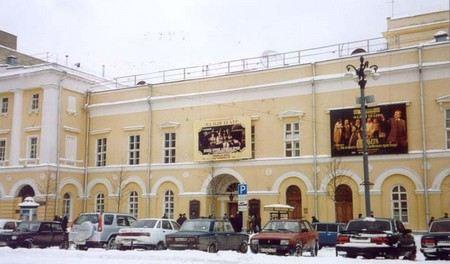 Директор Малого театра и еще несколько человек обвиняют в мошенничестве в крупных размерах.