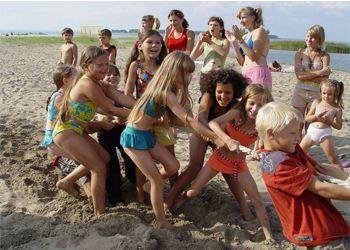 Дети хорошо проводят время в летних лагерях