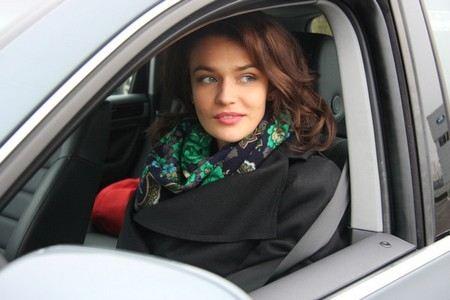 Алена Водонаева репетирует за рулем.
