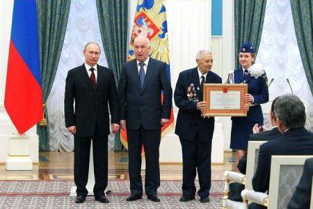 Мэр города получил грамоту о присвоении Хабаровску почетного звания