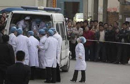 В Китае чиновник на служебном автомобиле передавил посетителей кинотеатра.