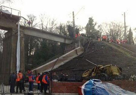 На участке Сочи-Дагомыс рухнул железнодорожный мост.