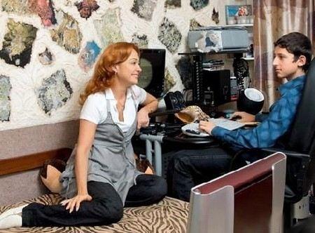Виктория Тарасова делает уроки за своего сына.