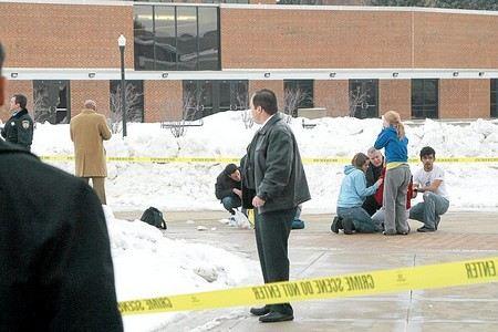 В США неизвестный открыл стрельбу в общежитии университета.