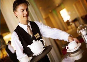 На одну должность официанта в британском кафе претендуют 200  человек