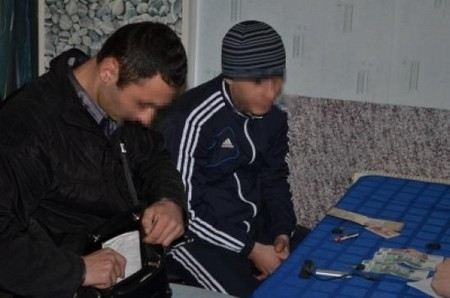 Волгоградская полиция задержала мужчину при попытке продать поддельный кусок метеорита.