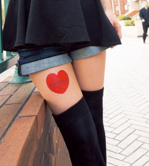 В Японии вошли в моду рекламные стикеры на ногах
