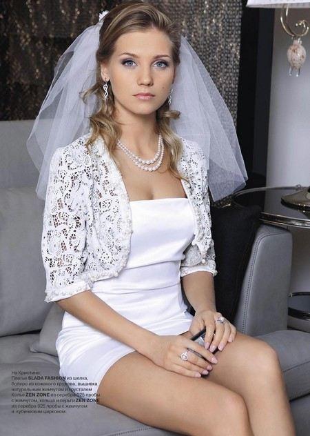 Кристина Асмус примеряет свадебные платья из кожи.
