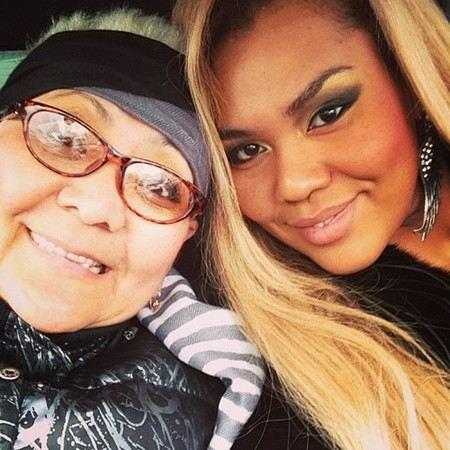 Певица Корнелия Манго выложила в интернет фотографию матери.