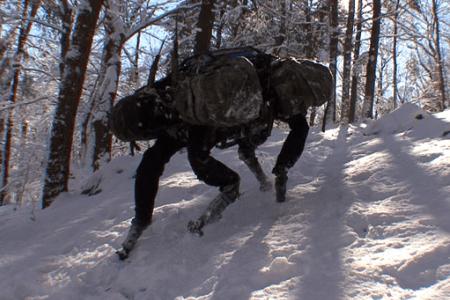 Робот поднимает грузы по неровной поверхности