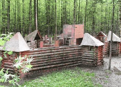 Деревянные постройки для игры в пейнтбол.
