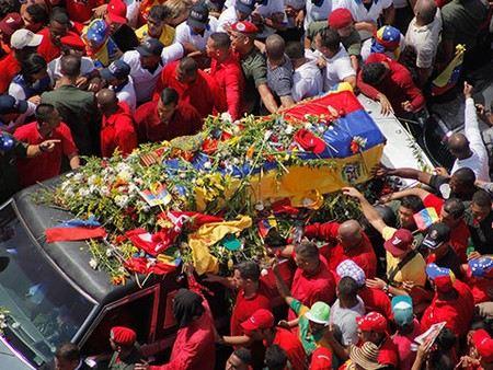 Простых граждан Венесуэлы ограничили в церемонии прощания с Уго Чавесом.