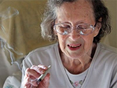 Курящая бабушка вредит внукам