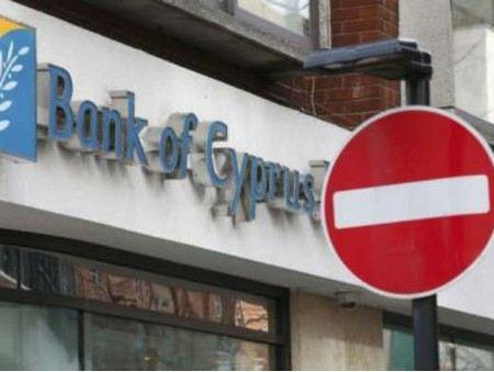 Парламент на Кипре ввел чрезвычайное положение в связи с кризисом финансовой системы.