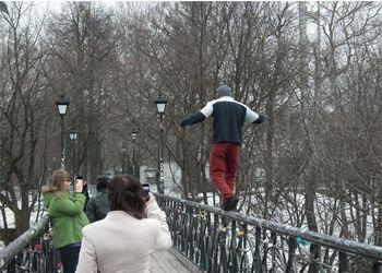 В Киеве экстремал без страховки прошелся по перилам моста Влюбленных