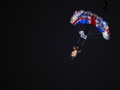 Елизавета II прыгает с парашютом