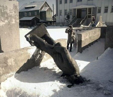 В Якутии вандалы разрушили памятник Ленину.