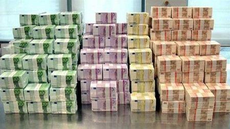 На Кипр доставили 5 млрд евро наличности.