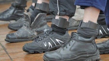 Сотрудников ФСИН обвиняют в мошенничестве при производстве электронных браслетов.