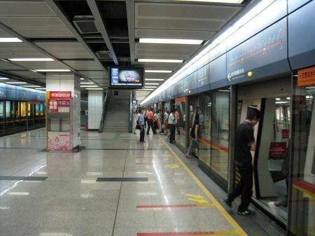 В пекинском метро стоит четыре автомата для бутылок