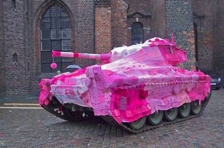 Сергей Шойгу решил перекрасить танки из камуфляжного в родной цвет.