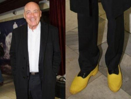 Владимир Познер надевает желтые галоши.