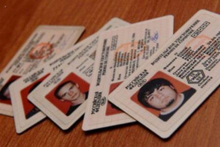 В Москве изымают документы у участников преступной группы, которая незаконно выдавала водительские удостоверения.