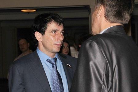 В номере отеля в Москве нашли мертвым депутата из Новосибирской области Андрея Андреева.