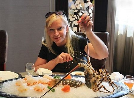 Певицу Наталью Гулькину на гастролях в Китае пытались накормить живым деликатесом.