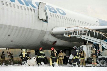В терминалах аэропорта «Пулково-1» и «Пулково-2» из-за сообщения о заложенной бомбе была проведена эвакуация всех пассажиров и сотрудников.
