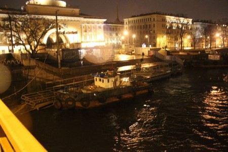 В Петербурге у Дворцового дворца на Неве затонул буксир.