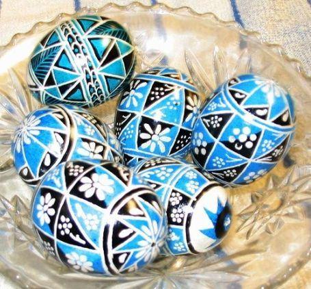 К празднику Пасхи яйца красиво расписывают