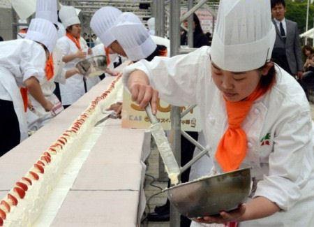 90 студентов трудились над кулинарным чудом