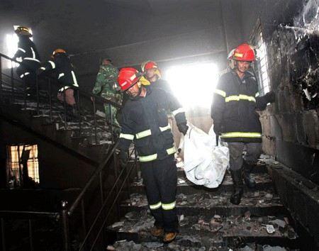В Бангладеш рухнули здания торгового центра и фабрики.