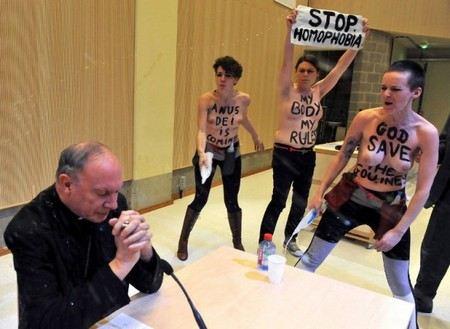 Активистки FEMEN облили святой водой архиепископа бельгийского Леонарда.