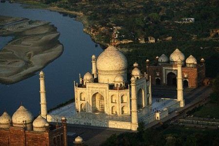 У мавзолея Тадж-Махал в Индии прогремел взрыв.