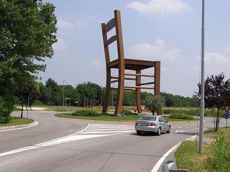 Памятник стулу в Манцано