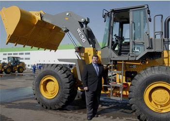 John Deere представил в России свой первый доступный погрузчик