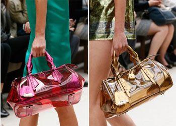 Известные дизайнеры знакомят модниц с новой тенденцией лета этого года — прозрачными сумочками
