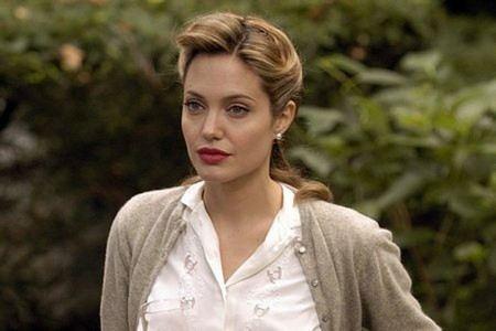 Самой обсуждаемой темой в интернете стало то, что Анджелине Джоли удалили грудь.