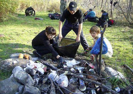Многие жители с энтузиазмом принялись помогать собирать мусор