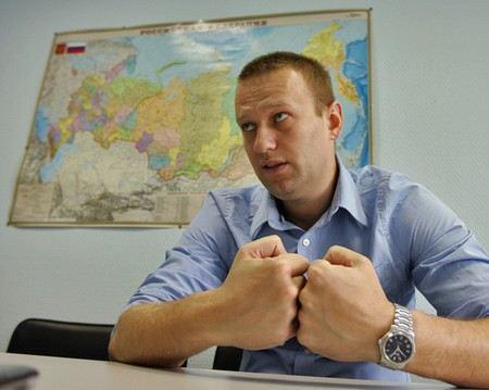 Алексей Навальный возмущен тем, каким образом его отца пригласили на допрос в Следственный комитет