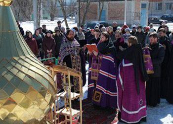 Храм Ксении Петербургской оснастили куполом и крестом